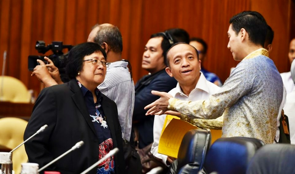 Menteri Siti Nurbaya bincang bincang saat Raker dengan Komisi IV DPR/ist