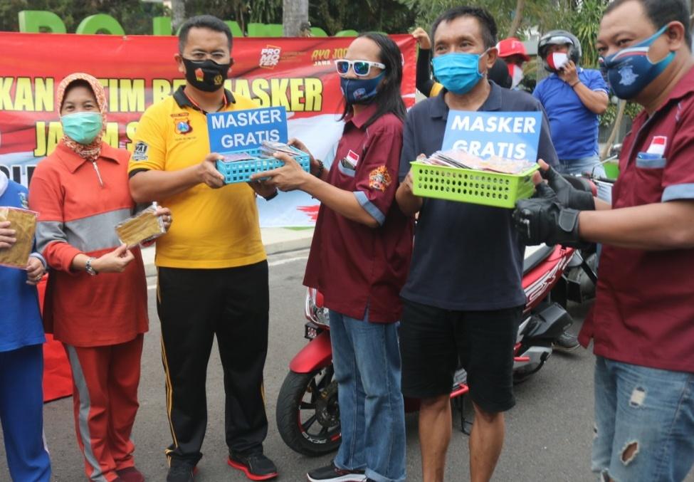 Kspolres, Wabup dan Sekda sedang bagikan masker gratis/ist