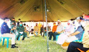 Sekdaprov dan sejumlah pejabat saat meninjau dapur umum di PP Darussalam, Banyuwangi/ist
