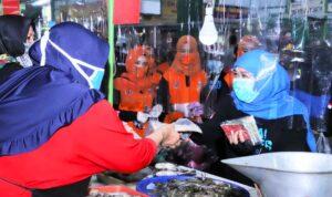 Gubernur Khofifah bagi bagi masker dan sembako di Malang/ist