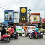 Aktivis SIKAS dan Disabilitas bagi bagi masker di bundaran Tugu Adipura Bojonegoro/ist